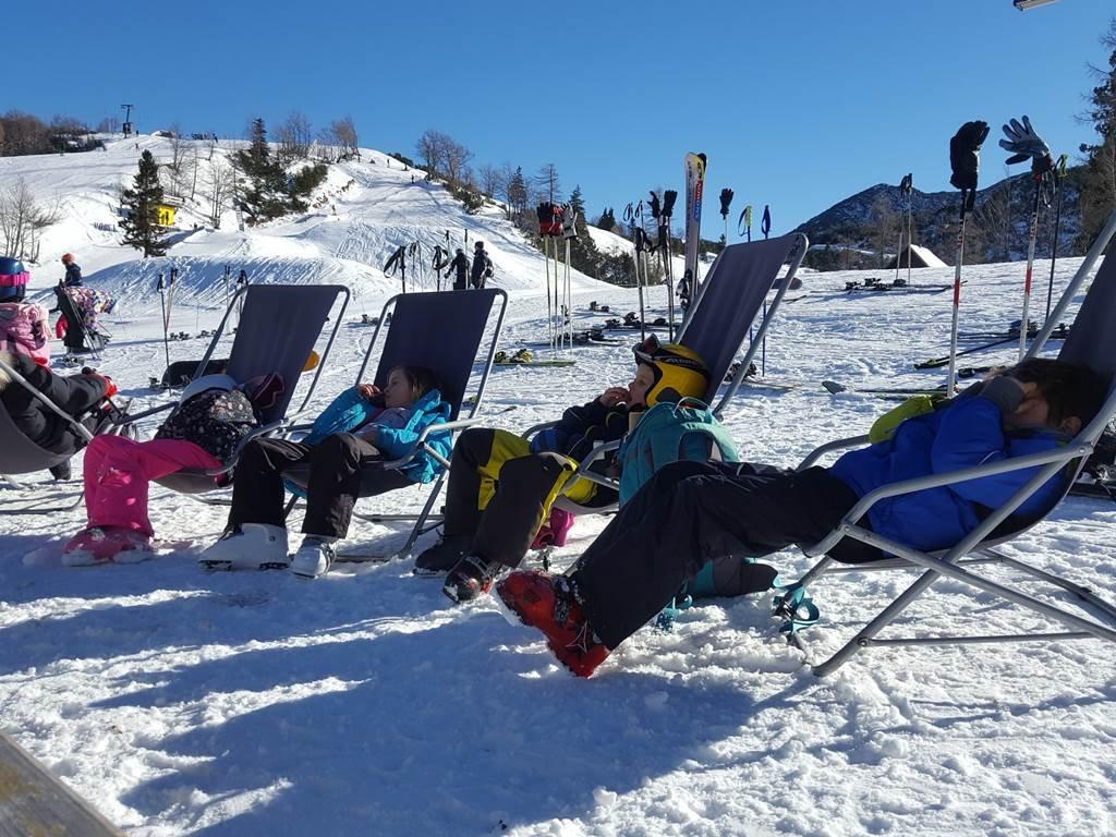A gyerekek délben csendes pihenőjüket töltik a napozó székekben