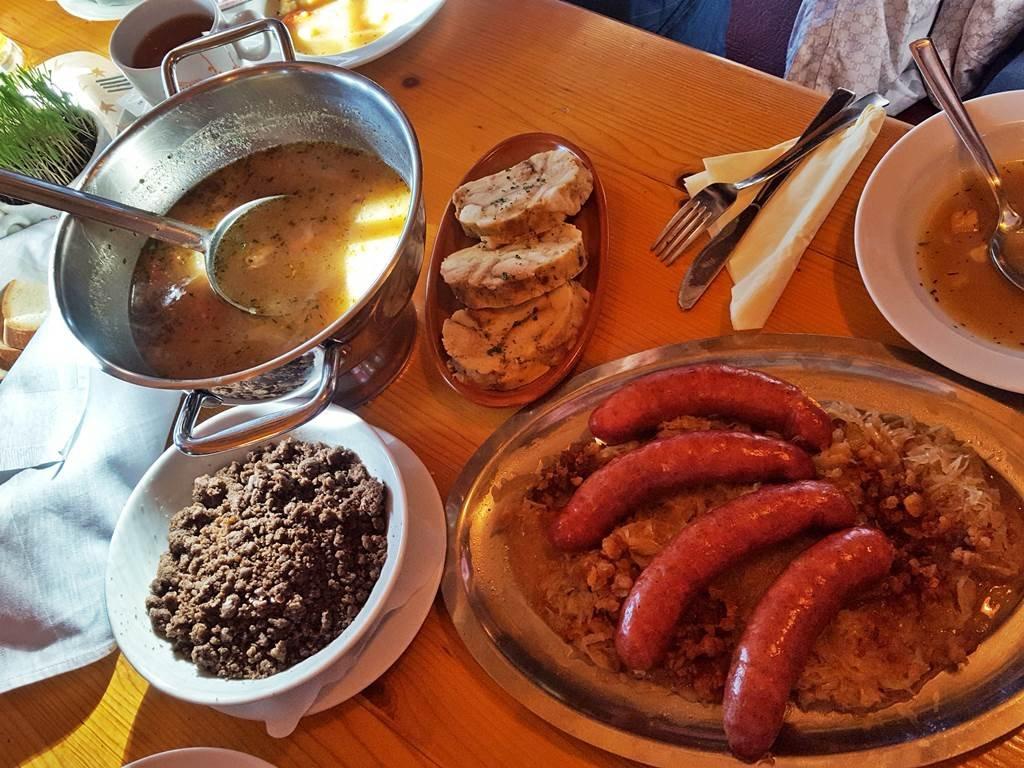 Klasszikus helyi ételek, ízletes levesek, főételek és desszertek a Merjasecben