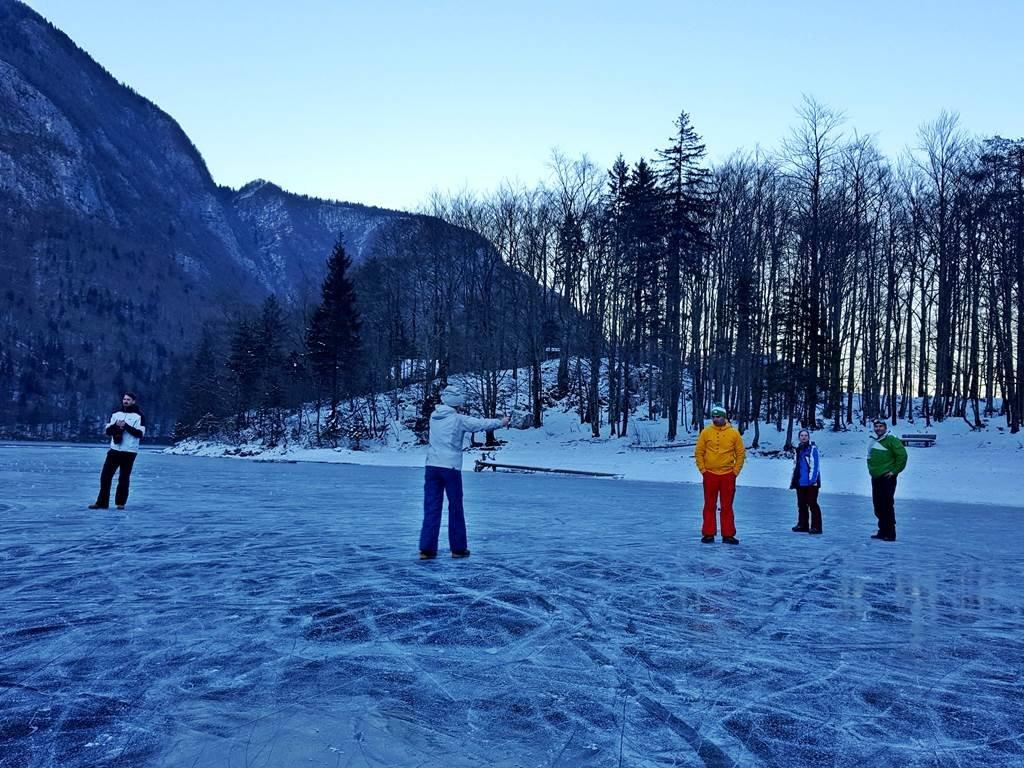 Hihetetlen érzés a tó jegén állni, körben a fölénk magasodó hegyekkel