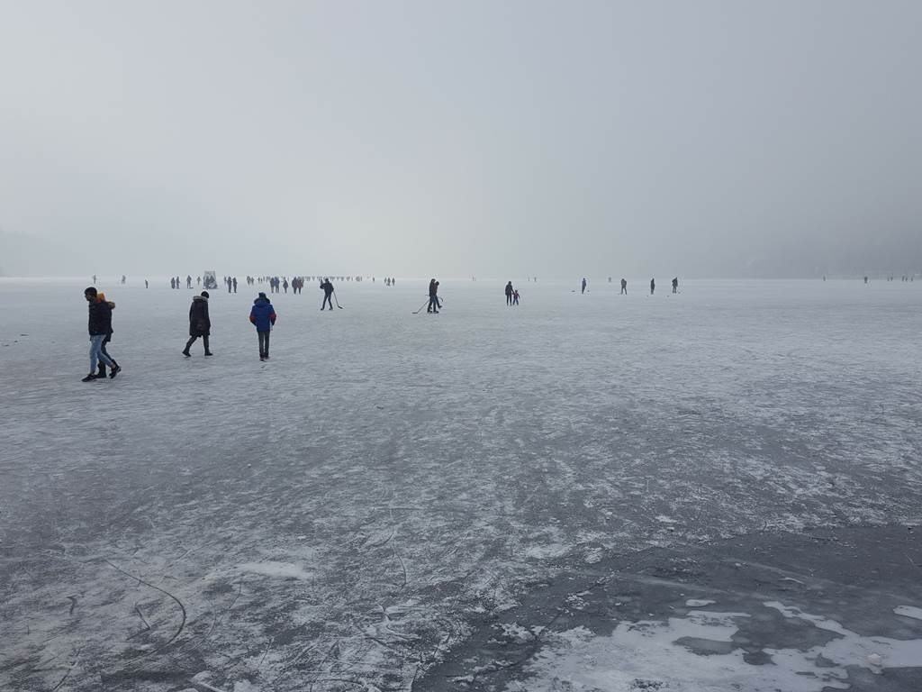 A befagyott Bohinji tóhoz képest Bledben kész népünnepély volt a tó jegén