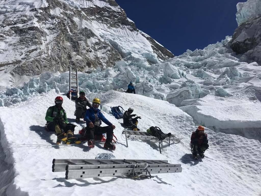 A Khumbu-jégesés bejárata, és az átkeléshez szükséges felszerelés egy része