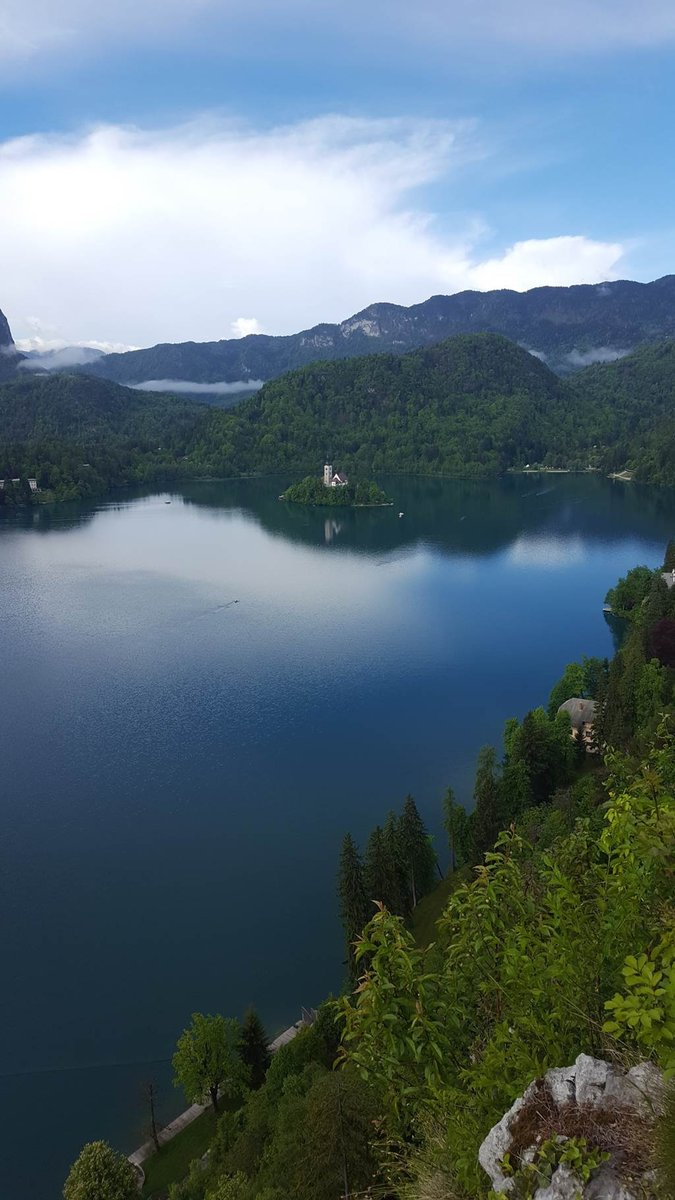 Kilátás a várkastélyból a Bledi-tóra