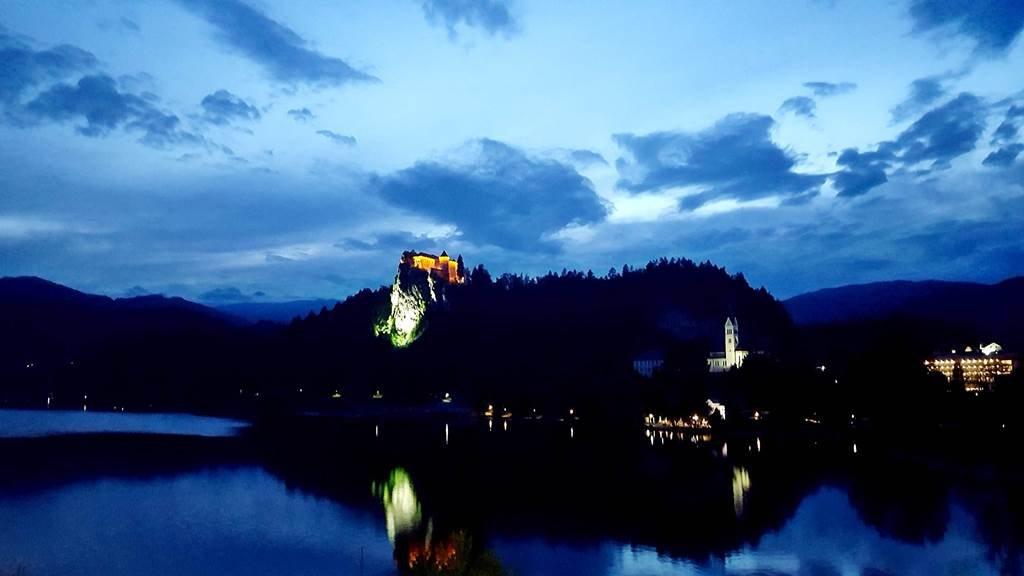 A Bledi várkastély és a tó szürkületben