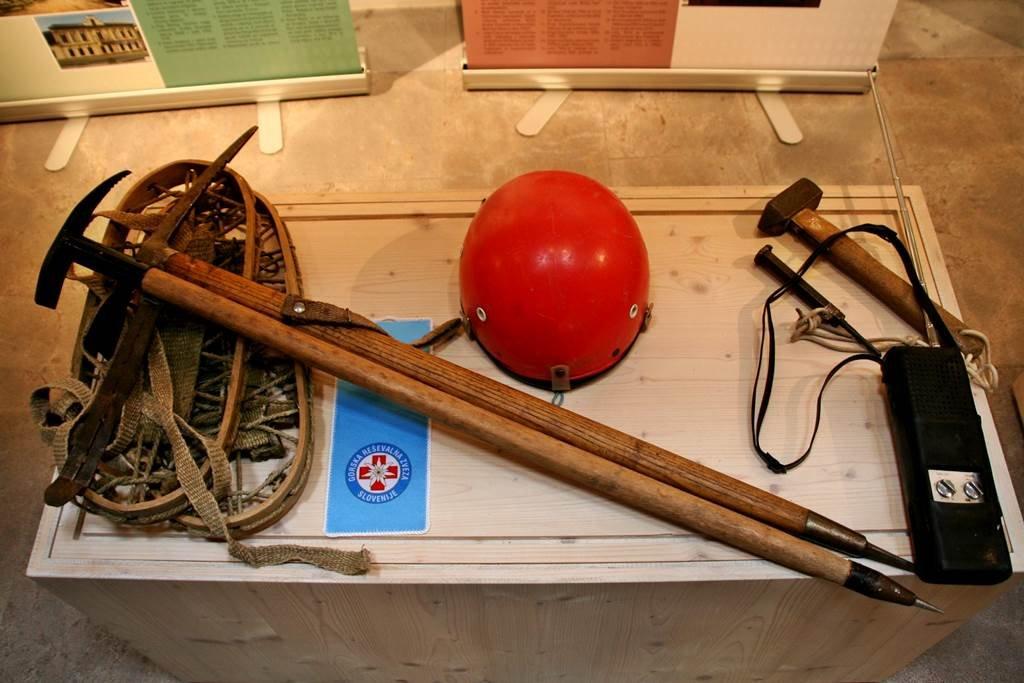 Korabeli mászófelszerelés a Bledi Turisztikai Hivatal kiállításán