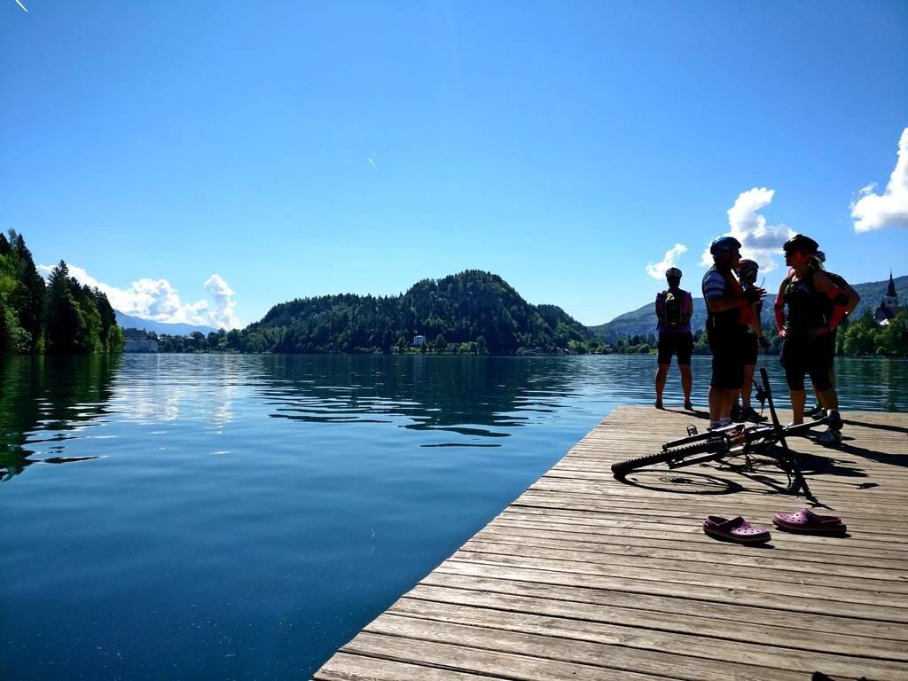 Fotózkodás a Bledi-tó partján egy tökéletes vasárnapon!