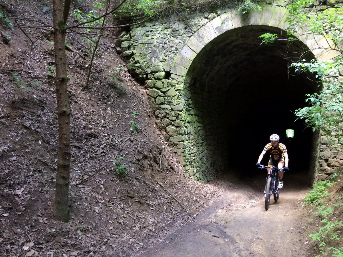 Izgalmas rész a kisvasút alagútján átgurulni
