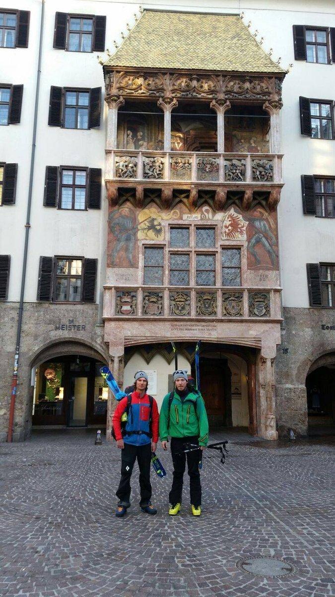 Indulás előtt Valentinóval Innsbruck egyik jelképe, a Goldenes Dachl előtt