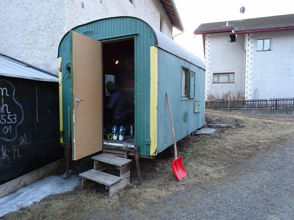 Nem volt egy luxustúra. Többnyire menedékházak téli helyiségében szálltak meg, de megtette nekik egy raktárhelyiség vagy éppen a képen látható bódé is