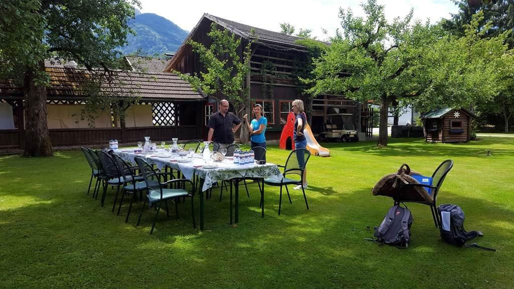 Ebéd a Ferienpark Waldpension Putz kertjében