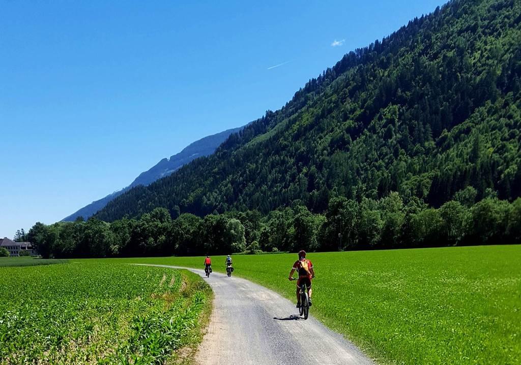 Hosszan elnyúló hatalmas széles völgyekben kanyarog a kerékpárút