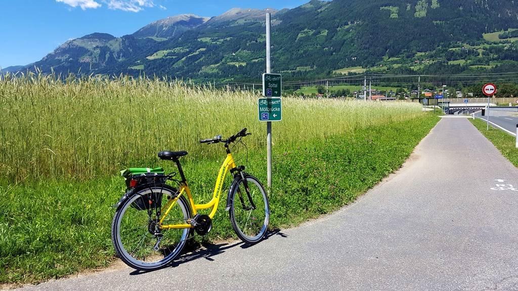 A kerékpárút jelző táblák és felfestések mindig egyértelműen mutatják a helyes útirányt