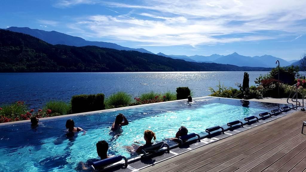 Melegvizes medence közvetlenül a Millstatti tó partján