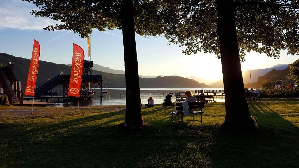 Hangulatos naplemente a tó partján