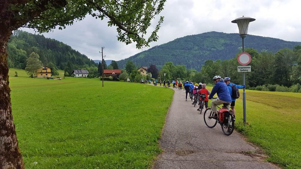 A kerékpárúton összeakadtunk egy 40 fős társasággal