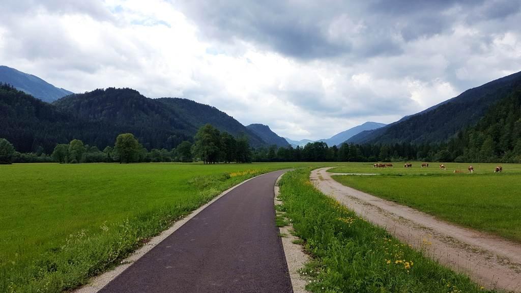 Völgyben kanyargó kerékpárút