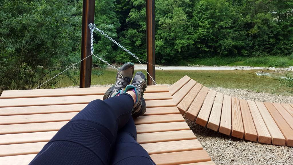 Kényelmes fából készült fekhelyek csábítanak több helyen is a pihenésre