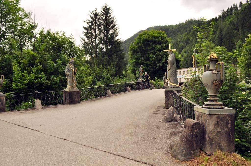 A híres Töpper-híd és a szenteket ábrázoló öntöttvas szobrok