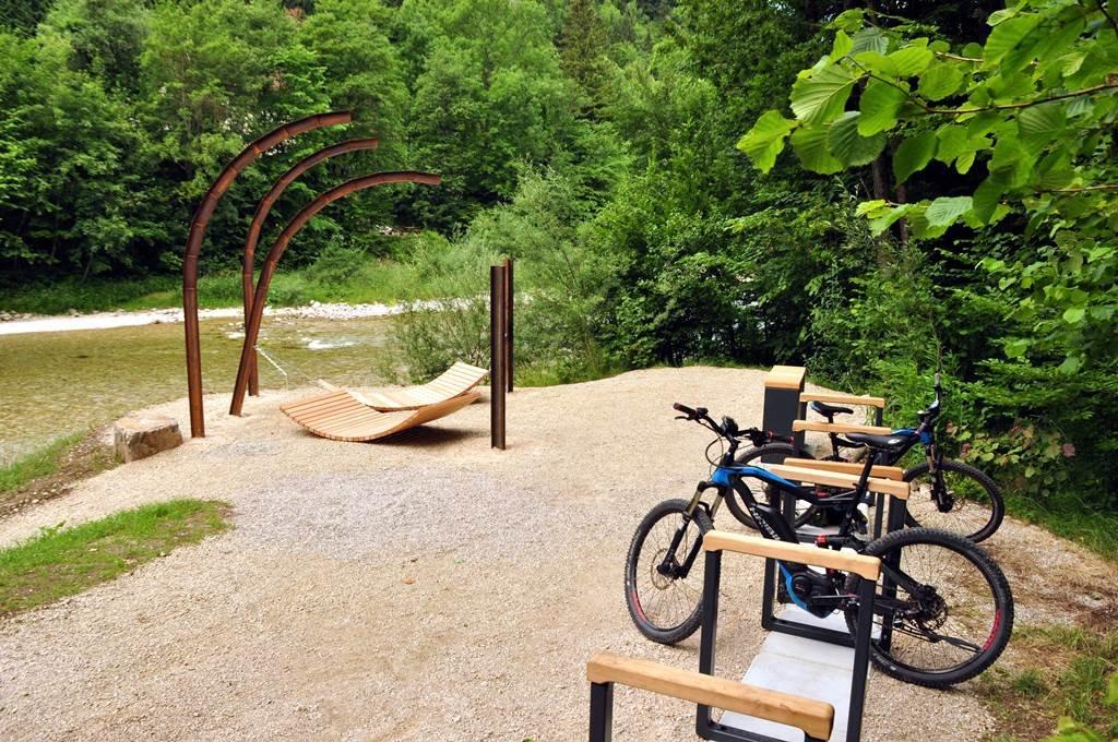Modern kerékpáros pihenő az Ybbs partján