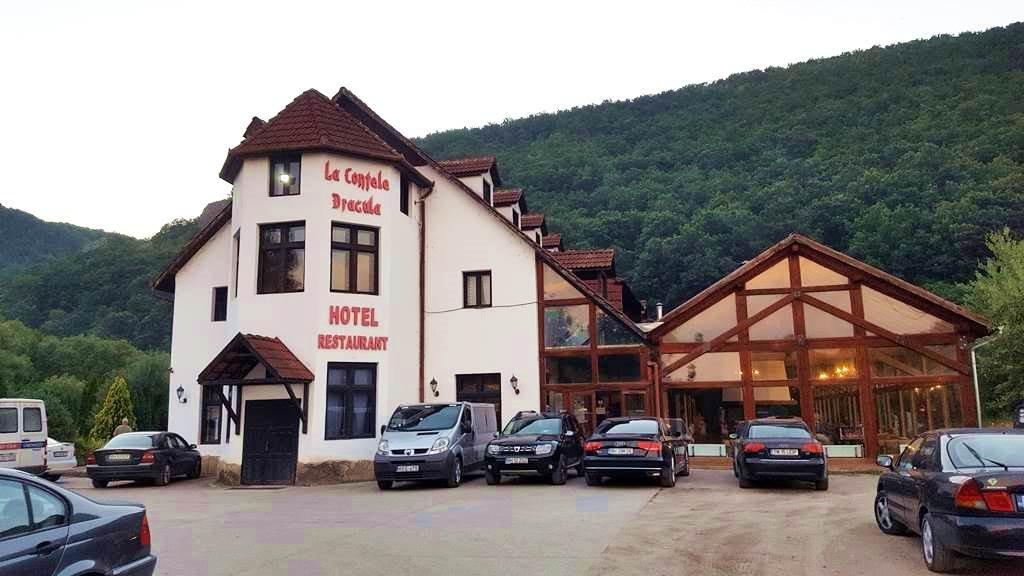 La Contele Dracula hotel és étterem a Körös szorosnál