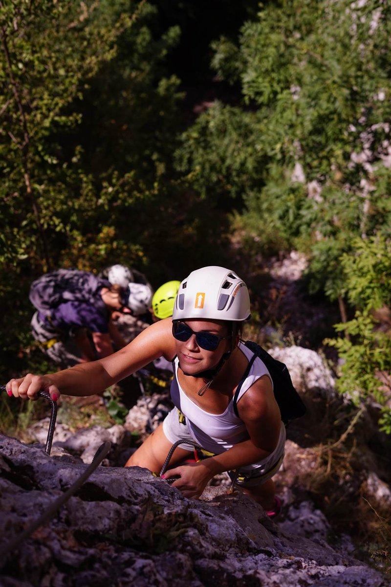 Keskeny sziklahasadékban mászunk felfelé