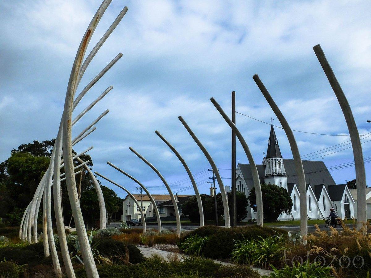 Patea utcaképe bálnacsontvázzal és a templommal.