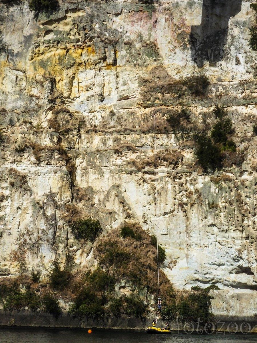 Bungee jumping Taupóban, a Waikato folyónál. Taupo rengeteg extrémsportolási lehetőséget kínál az adrenalinfüggőknek.