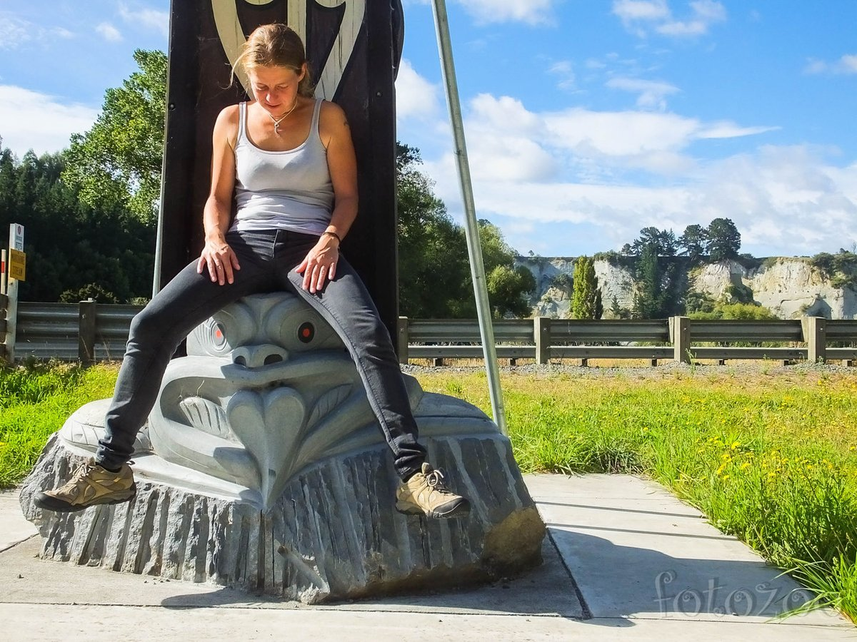 Útszéli pihenő maori szoborral. Talán ha Kinga nem ül rá szegényre, az égiek nem ajándékoznak meg később egy defekttel.