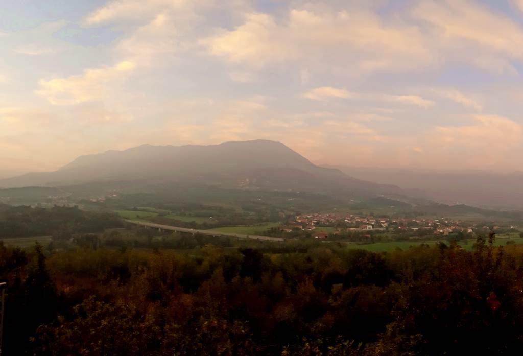 Kilátás a Trnovski Gozd hegyvonulatára Vipavski Križből nézve