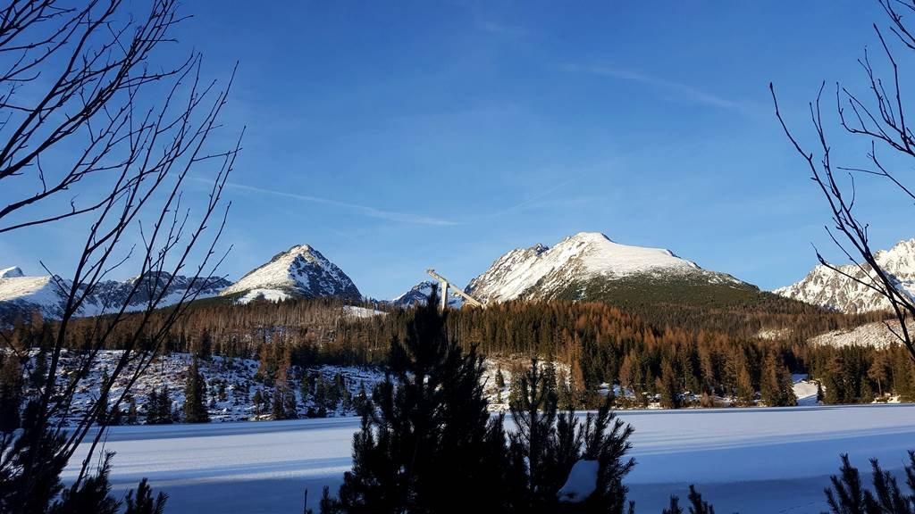 Csorba-tó és háttérben a havas hegyek