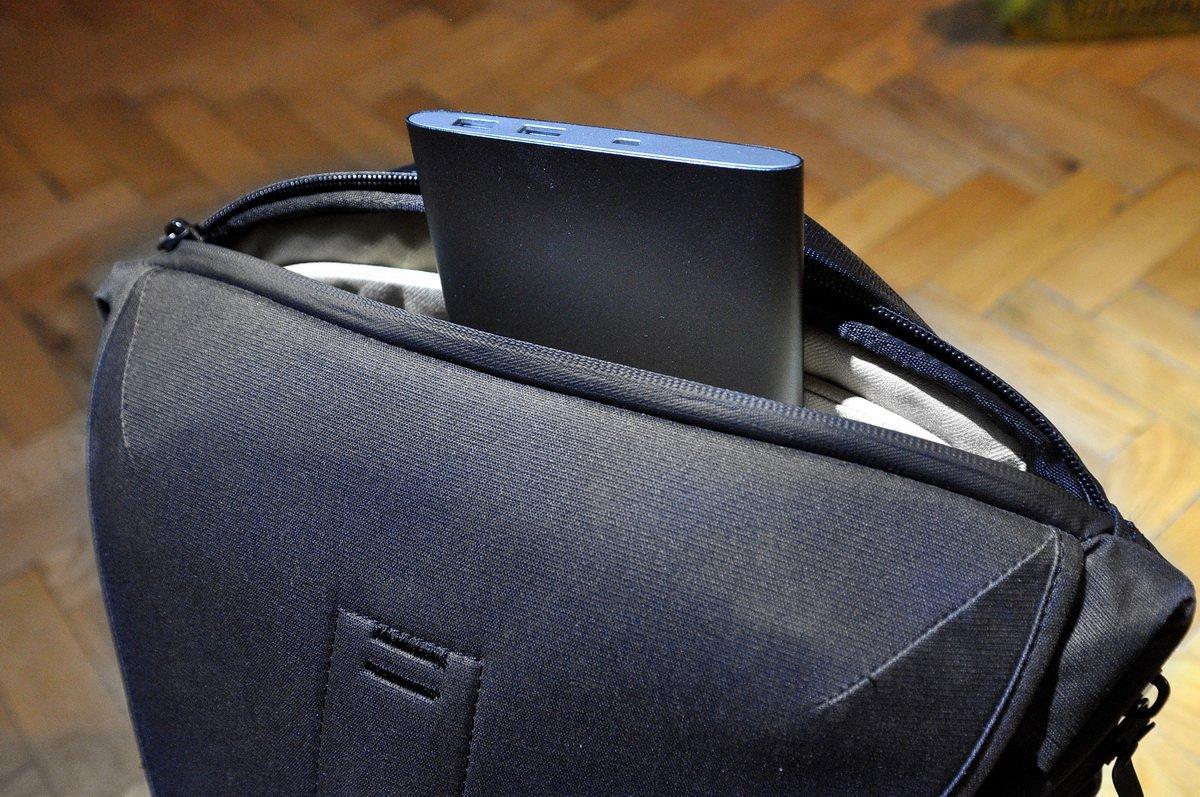 Laptopnak és más lapos eszköznek kiváló tárolóhely a hátnál