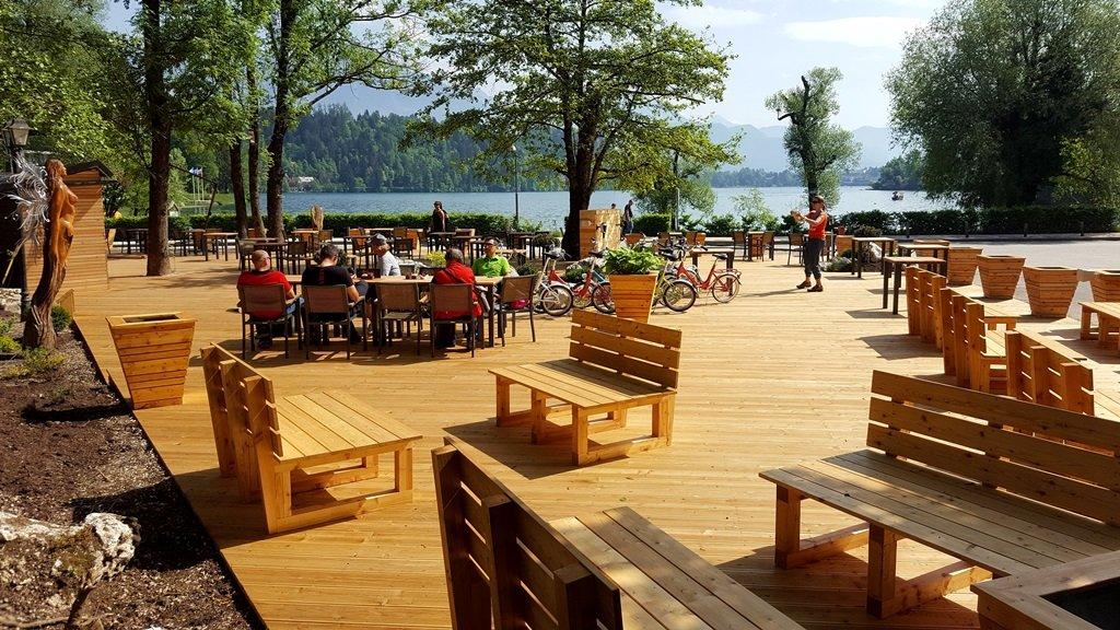 Új kiülős hely nyílt a Bledi-tó partján