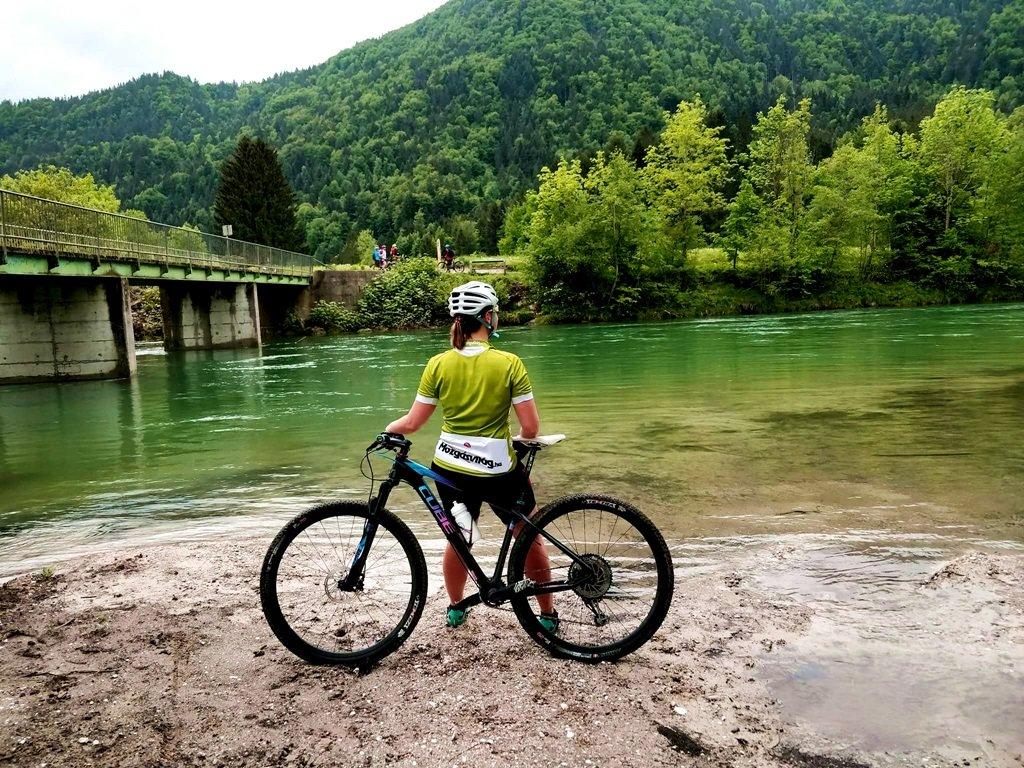 A gyönyörű smaragdzöld erdő tükröződik a smaragdzöld Száva folyóban