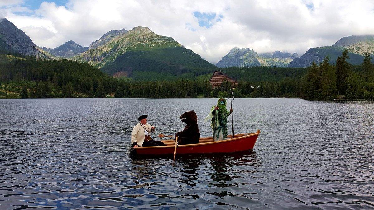 A barna medve és a tó szelleme együtt eveznek a Csorba-tavon