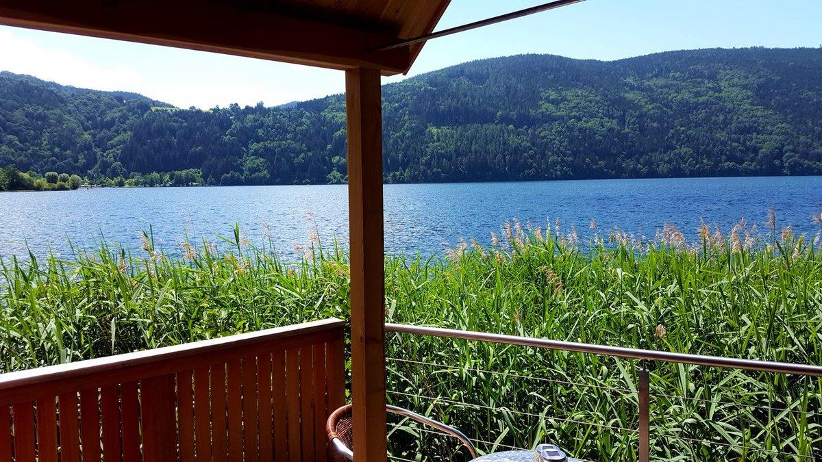 A Schilf - canna palustre bivak közvetlenül a tóparton Döbriach mellett