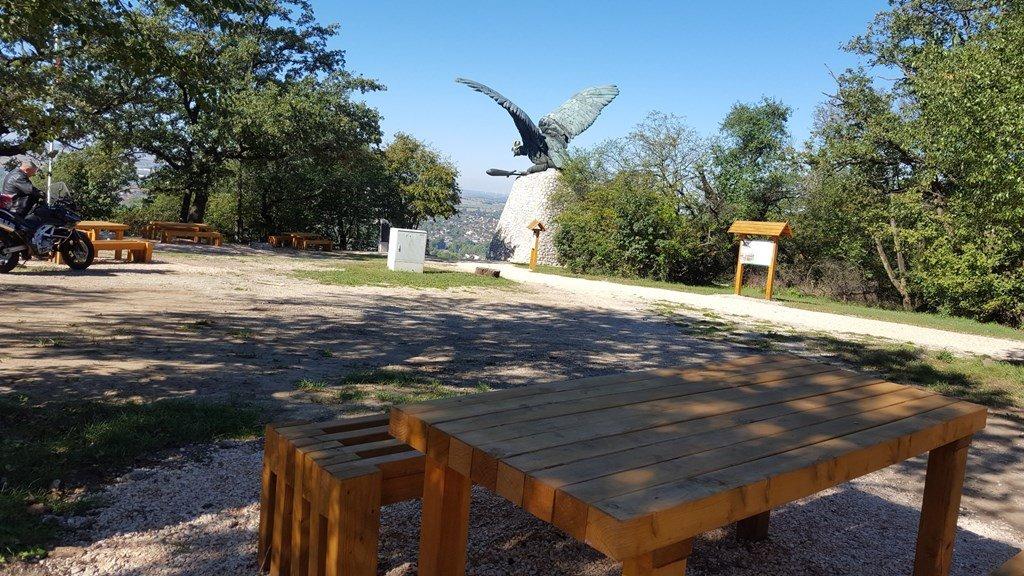 Piknikező asztalok a Turul emlékműnél