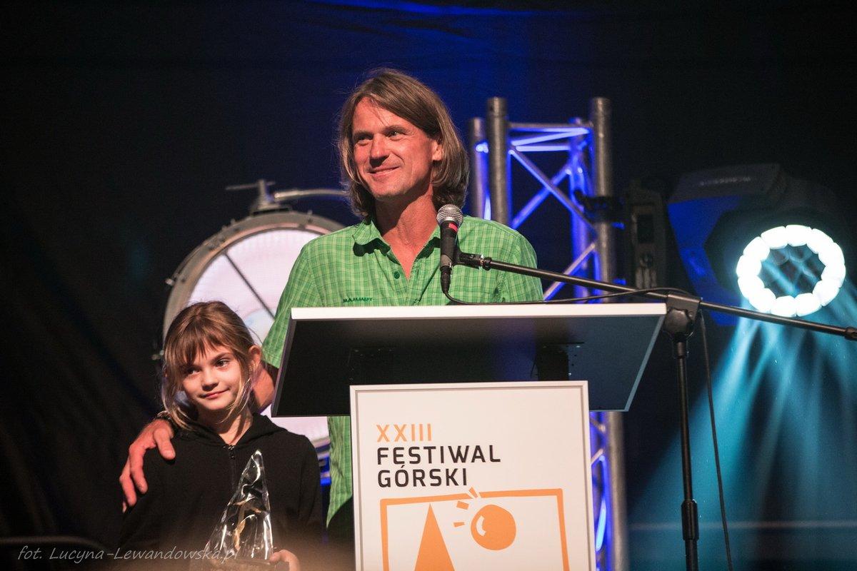 Marek Holecek a kislányával vette át a díjat