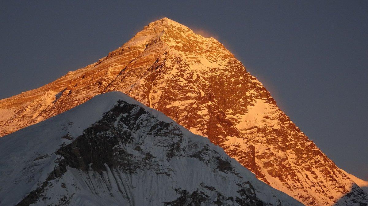 A szomszédos Mount Everest a lenyugvó nap fényében