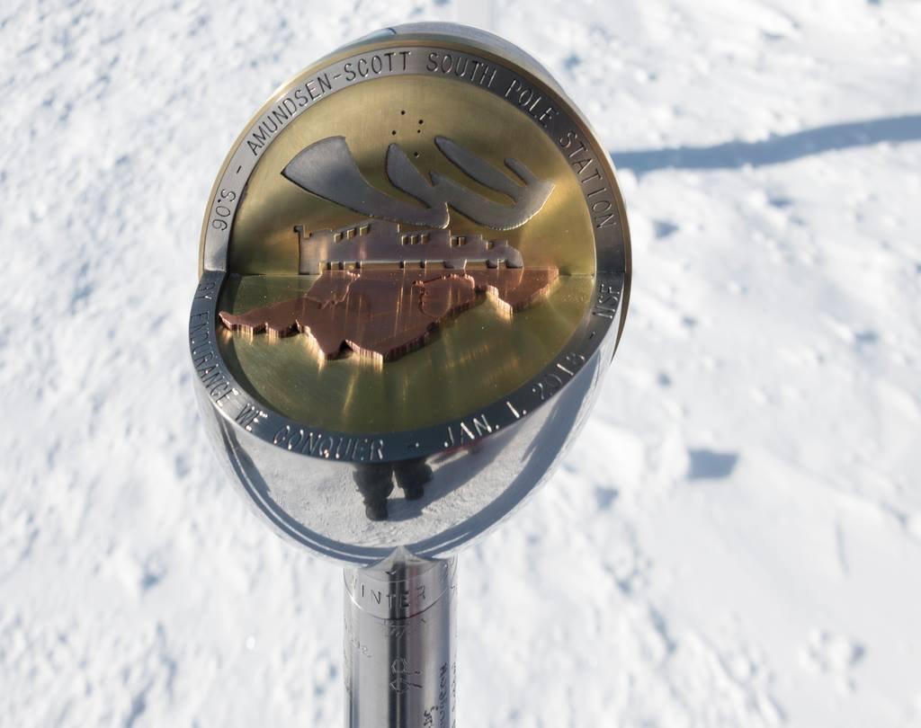 A Déli-sarkpontot jelző gömb minden évben új dizájnt kap. Mindenképp cserélni kell oszlopostul, mert a sarki jégsapka állandó mozgásban van