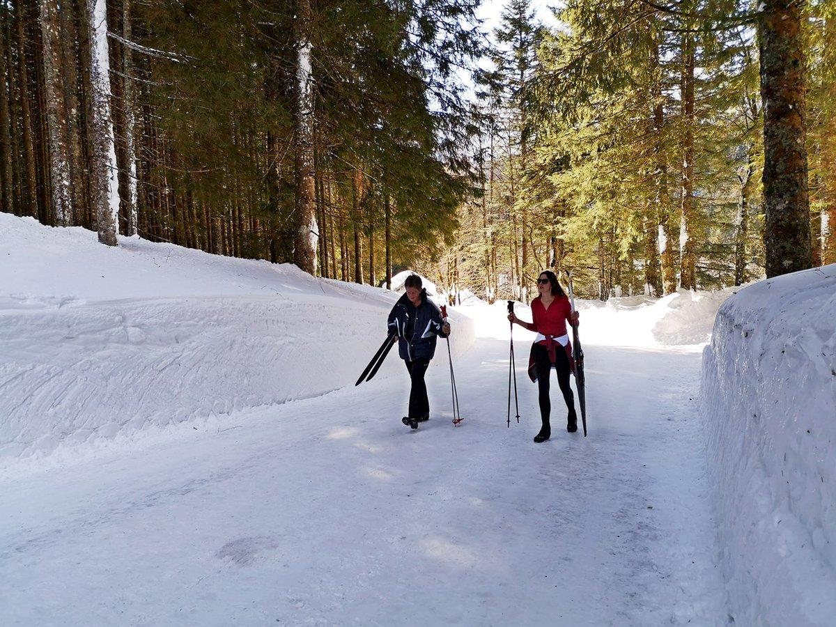 Úton a Blaa Alm felé 2 m magas hófalak között