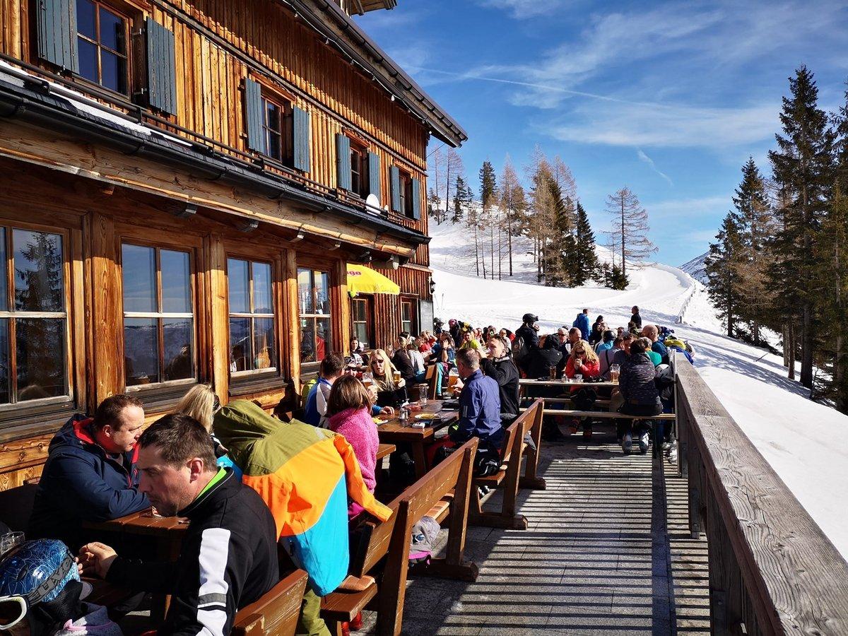 A Loserhütte teraszán alig lehet ülőhelyet találni