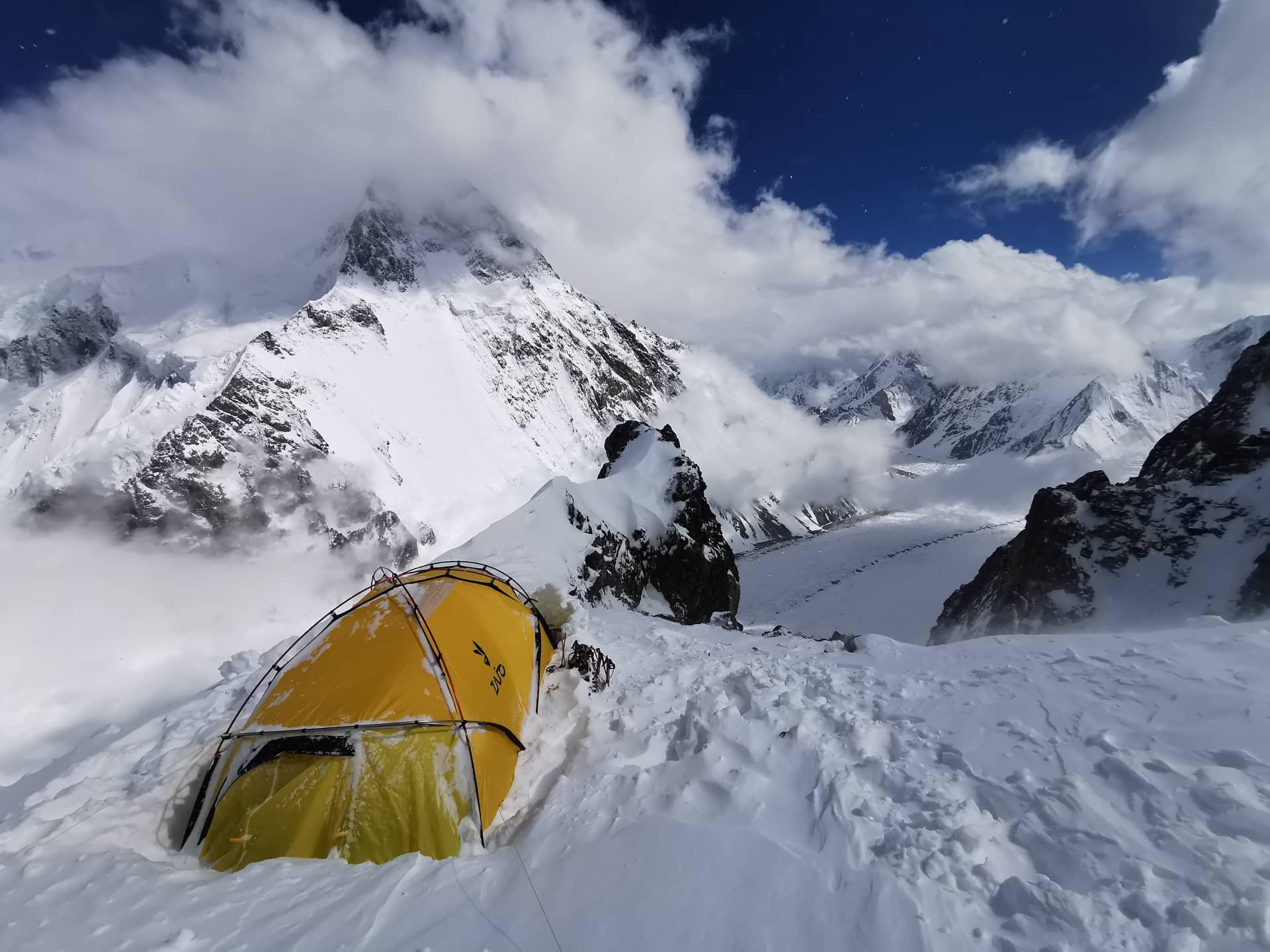 Szilárdék sátra, a háttérben a Broad Peak
