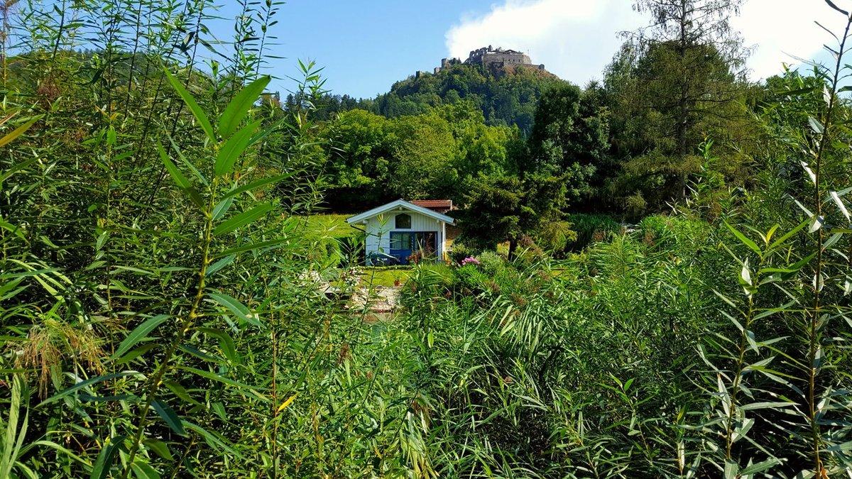 Az Ossiachi-tó lefolyó csatornája mentén hangulatos hétvégi házak sorakoznak a nádas jótékony takarásában