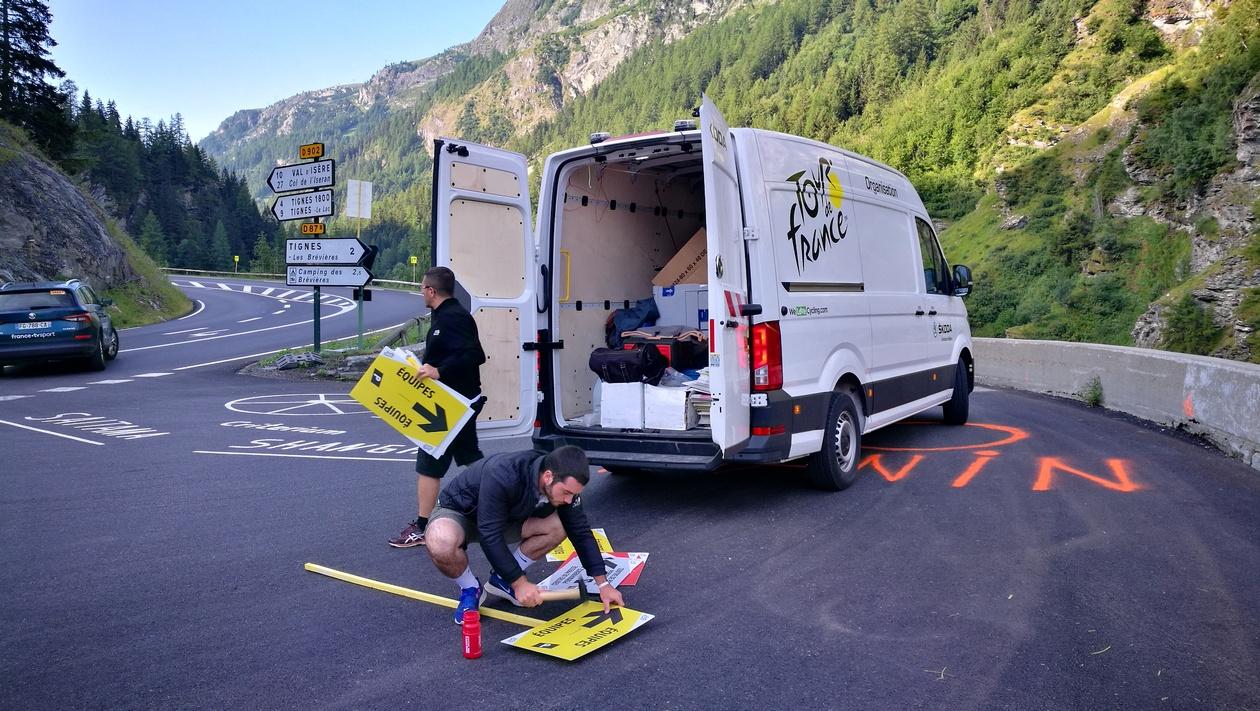 A Tour de France csapata pakolja ki az útjelzőket a Tignes-i elágazásban