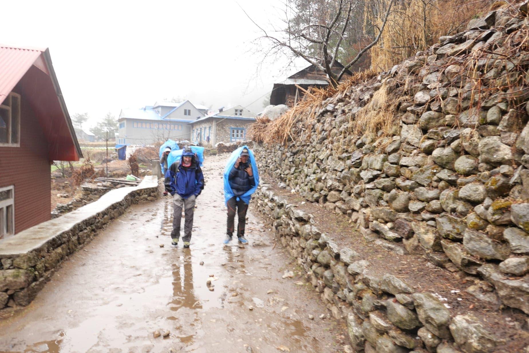 Eleinte esőben bandukoltak Phakdingból Namchéba