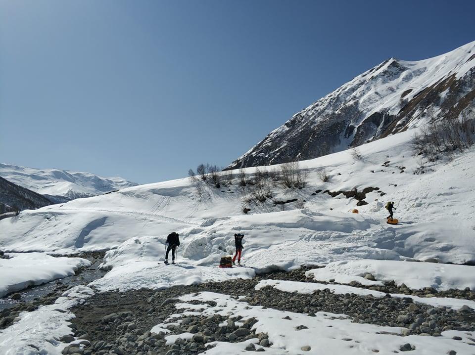 Az alaptábor felé az olvadó hóban
