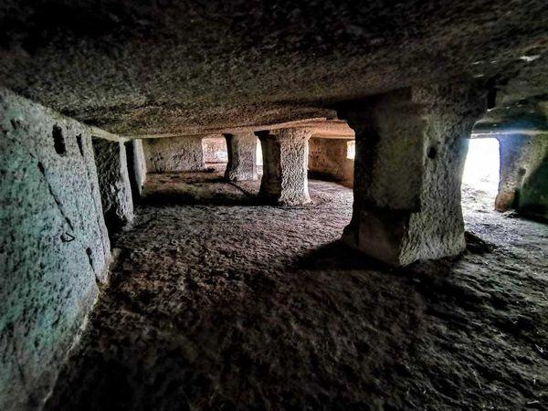 A Kis-Farkas-kői sziklák és a Juhász barlanglakás