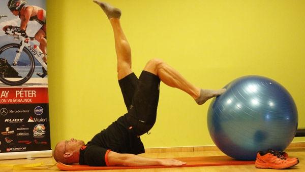 Csípőemelés váltot lábnyújtással fitball labdával