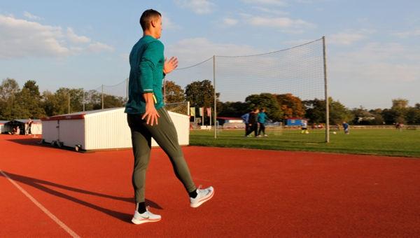 Futóiskola: Ollózva futás hátrafelé