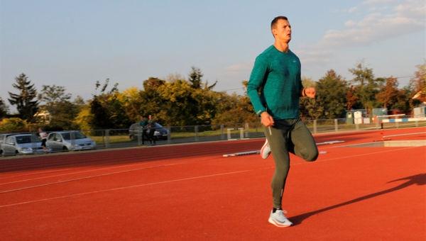 Futóiskola: Sarokemelésben futás hátrafelé