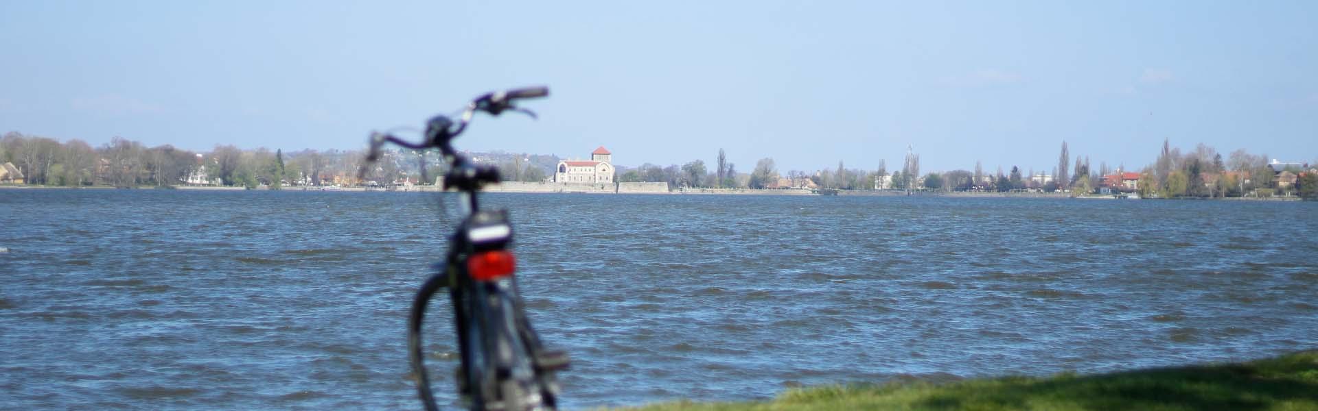 Tatai Öreg-tó körül kerékpárral